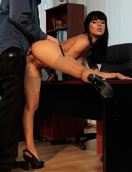 Суперкрасивая девочка трахнута на рабочем столе