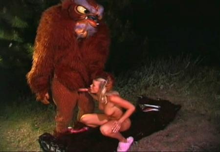 Два волка трахнули красную шапочку в лесу