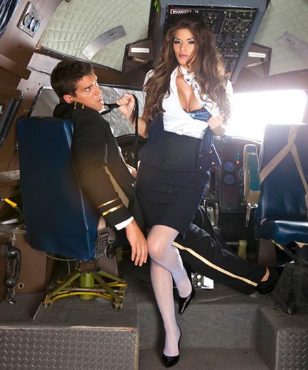 Стюардесса соблазнила пилота